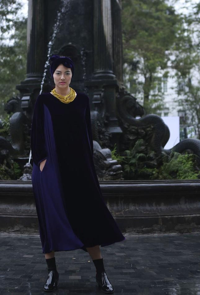 'Người đẹp scandal' Hồng Quế đẹp mặn mà, tái xuất sàn diễn ảnh 6