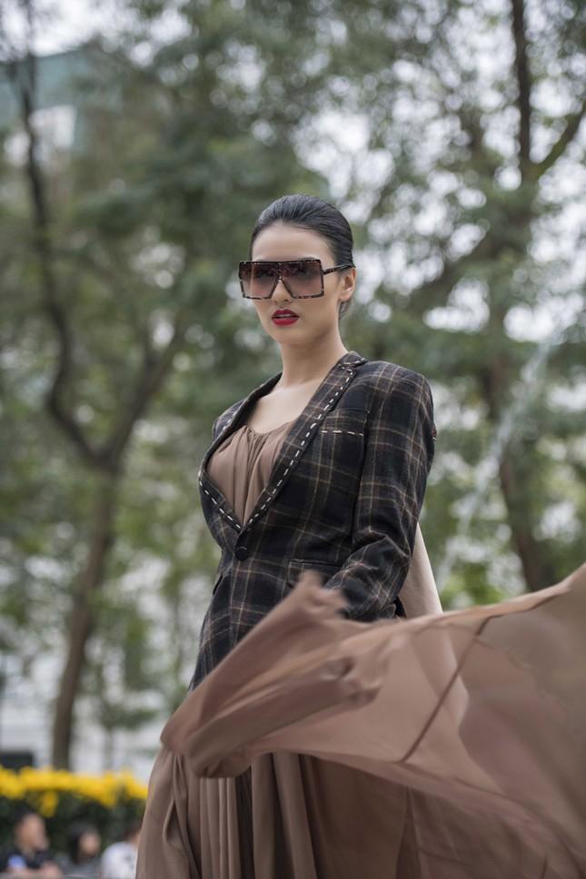 'Người đẹp scandal' Hồng Quế đẹp mặn mà, tái xuất sàn diễn ảnh 2