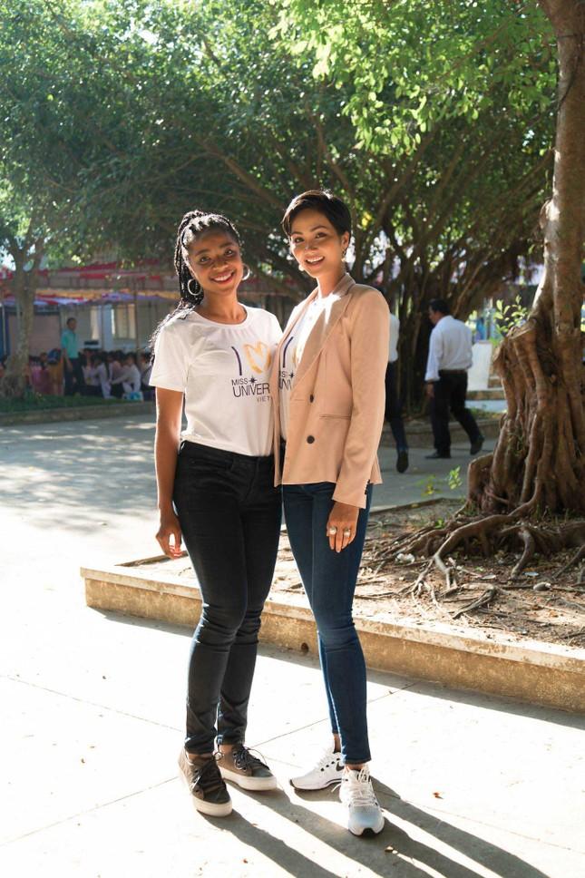 Hoa hậu H'Hen Niê chia sẻ với các nữ sinh về việc bị bắt kết hôn sớm ảnh 1