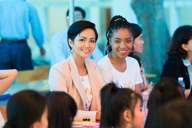 Hoa hậu H'Hen Niê chia sẻ với các nữ sinh về việc bị bắt kết hôn sớm ảnh 4