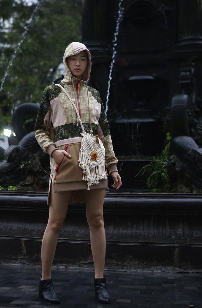 'Người đẹp scandal' Hồng Quế đẹp mặn mà, tái xuất sàn diễn ảnh 7