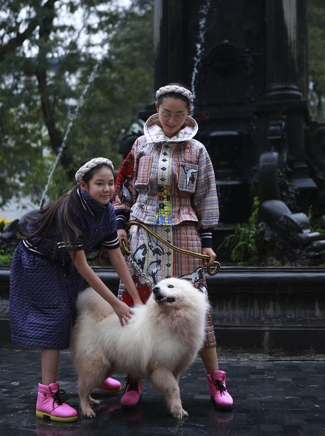 'Người đẹp scandal' Hồng Quế đẹp mặn mà, tái xuất sàn diễn ảnh 3