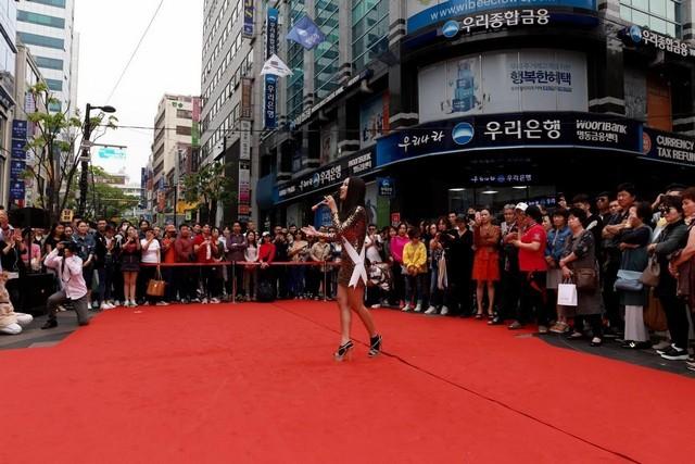Tình cũ Kim Lý mặc bikini nóng bỏng nổi bật trên báo Hàn ảnh 6