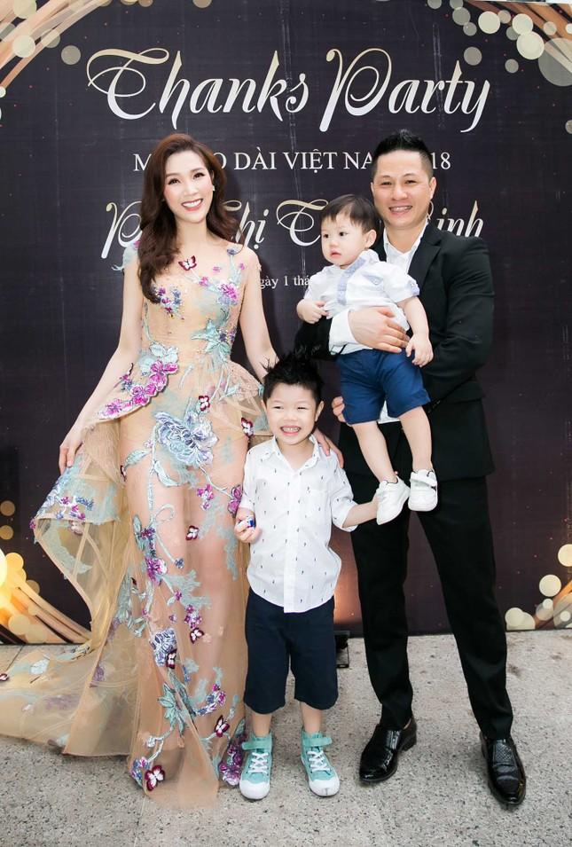 MC Phan Anh và dàn sao dự tiệc chúc mừng HH Áo dài Phí Thuỳ Linh ảnh 10