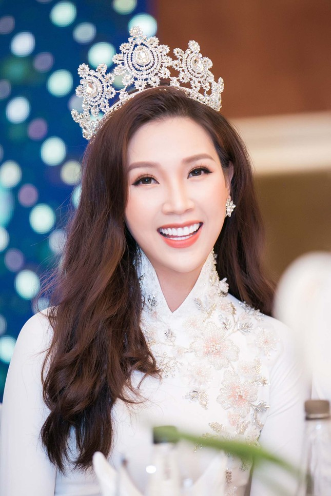 MC Phan Anh và dàn sao dự tiệc chúc mừng HH Áo dài Phí Thuỳ Linh ảnh 2
