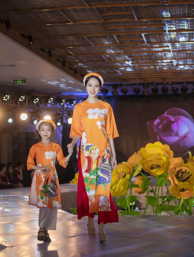 Nguyệt 'thảo mai' cùng hai con diễn thời trang cho Hoa hậu Ngọc Hân ảnh 7