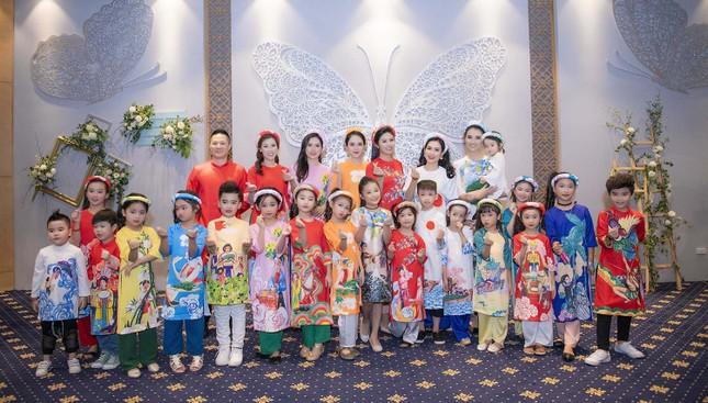 Nguyệt 'thảo mai' cùng hai con diễn thời trang cho Hoa hậu Ngọc Hân ảnh 1
