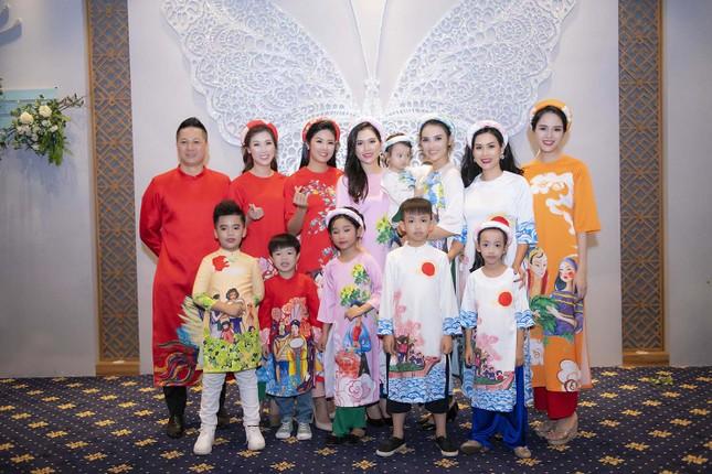 Nguyệt 'thảo mai' cùng hai con diễn thời trang cho Hoa hậu Ngọc Hân ảnh 2