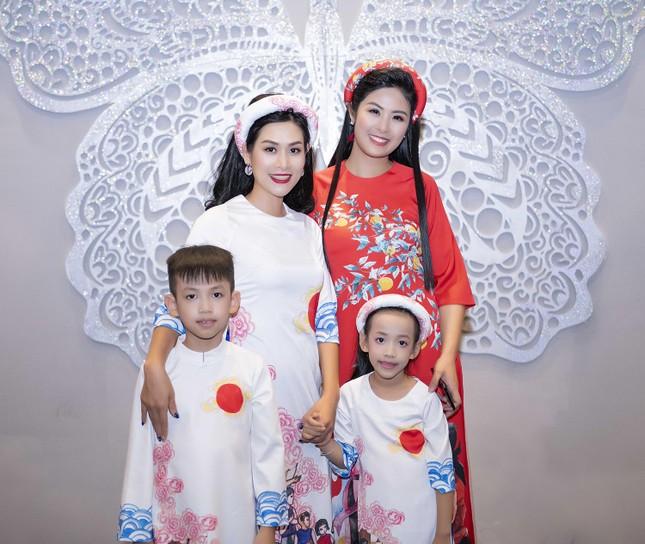 Nguyệt 'thảo mai' cùng hai con diễn thời trang cho Hoa hậu Ngọc Hân ảnh 4