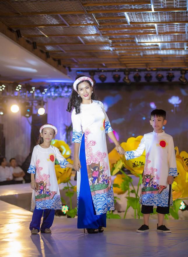 Nguyệt 'thảo mai' cùng hai con diễn thời trang cho Hoa hậu Ngọc Hân ảnh 6