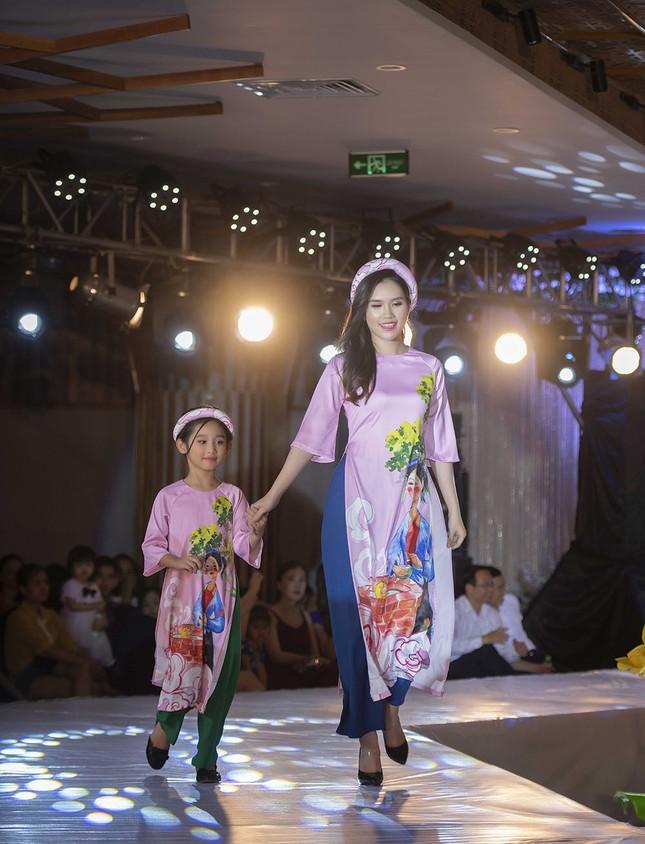 Nguyệt 'thảo mai' cùng hai con diễn thời trang cho Hoa hậu Ngọc Hân ảnh 8