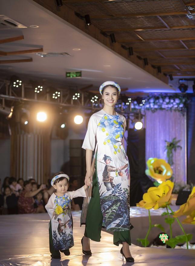 Nguyệt 'thảo mai' cùng hai con diễn thời trang cho Hoa hậu Ngọc Hân ảnh 9