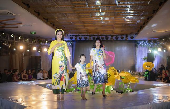 Nguyệt 'thảo mai' cùng hai con diễn thời trang cho Hoa hậu Ngọc Hân ảnh 12