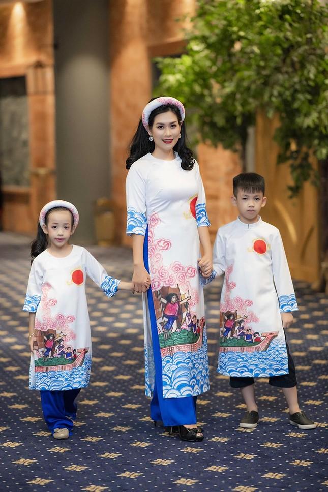 Nguyệt 'thảo mai' cùng hai con diễn thời trang cho Hoa hậu Ngọc Hân ảnh 3