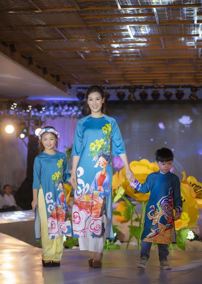 Nguyệt 'thảo mai' cùng hai con diễn thời trang cho Hoa hậu Ngọc Hân ảnh 10