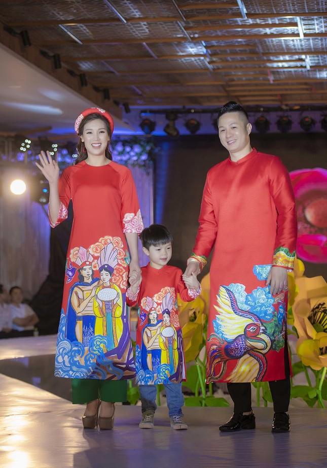 Nguyệt 'thảo mai' cùng hai con diễn thời trang cho Hoa hậu Ngọc Hân ảnh 11