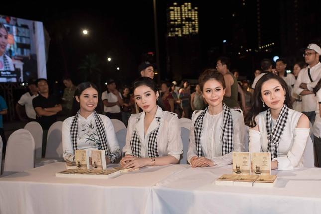 Dàn Hoa hậu, Á hậu bị 'vây kín' ở Nha Trang khi ký tặng sách ảnh 3