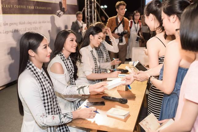 Dàn Hoa hậu, Á hậu bị 'vây kín' ở Nha Trang khi ký tặng sách ảnh 11