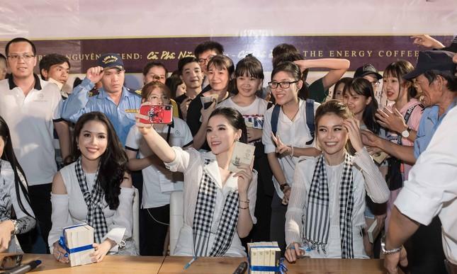 Dàn Hoa hậu, Á hậu bị 'vây kín' ở Nha Trang khi ký tặng sách ảnh 12