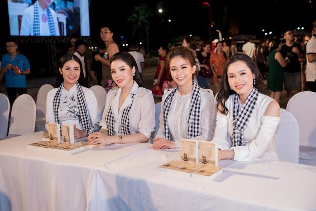 Dàn Hoa hậu, Á hậu bị 'vây kín' ở Nha Trang khi ký tặng sách ảnh 7