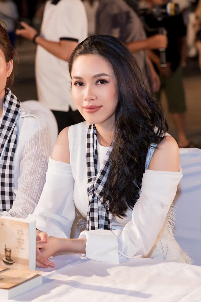 Dàn Hoa hậu, Á hậu bị 'vây kín' ở Nha Trang khi ký tặng sách ảnh 4