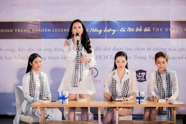 Dàn Hoa hậu, Á hậu bị 'vây kín' ở Nha Trang khi ký tặng sách ảnh 6