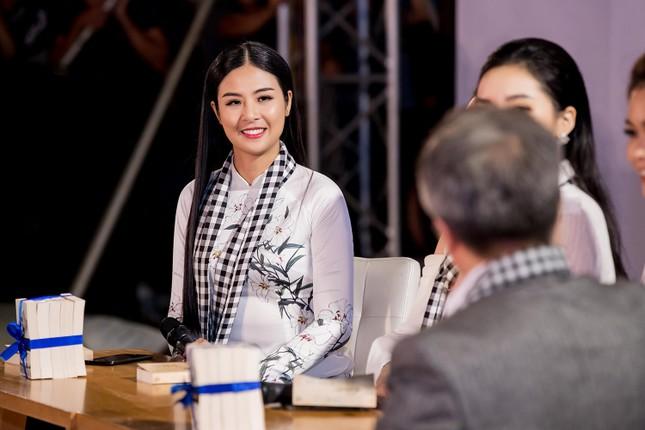 Dàn Hoa hậu, Á hậu bị 'vây kín' ở Nha Trang khi ký tặng sách ảnh 5