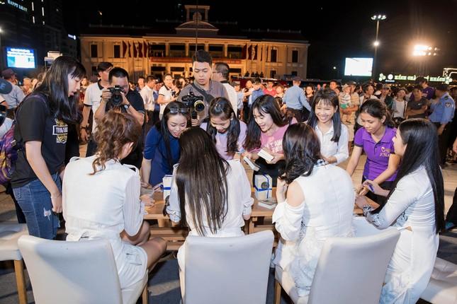 Dàn Hoa hậu, Á hậu bị 'vây kín' ở Nha Trang khi ký tặng sách ảnh 8