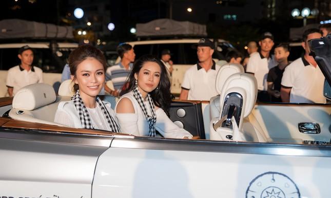 Dàn Hoa hậu, Á hậu bị 'vây kín' ở Nha Trang khi ký tặng sách ảnh 1