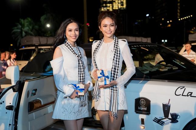 Dàn Hoa hậu, Á hậu bị 'vây kín' ở Nha Trang khi ký tặng sách ảnh 2