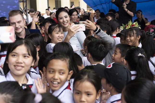 Thuỷ Tiên mặc áo dài trắng trẻ trung, hát 'Xinh tươi Việt Nam' ảnh 10