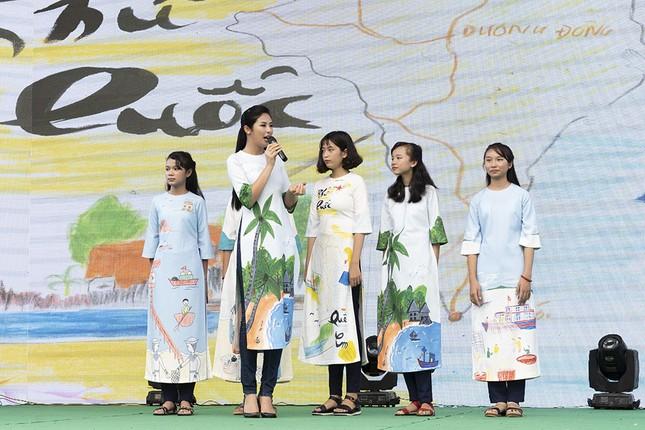 Thuỷ Tiên mặc áo dài trắng trẻ trung, hát 'Xinh tươi Việt Nam' ảnh 7