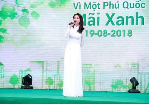 Thuỷ Tiên mặc áo dài trắng trẻ trung, hát 'Xinh tươi Việt Nam' ảnh 1