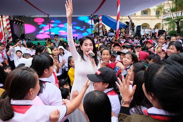 Thuỷ Tiên mặc áo dài trắng trẻ trung, hát 'Xinh tươi Việt Nam' ảnh 3