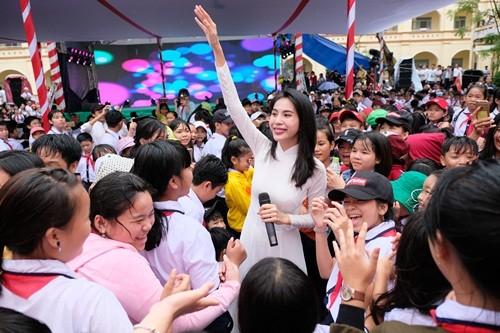 Thuỷ Tiên mặc áo dài trắng trẻ trung, hát 'Xinh tươi Việt Nam' ảnh 2