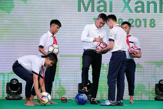 Thuỷ Tiên mặc áo dài trắng trẻ trung, hát 'Xinh tươi Việt Nam' ảnh 12