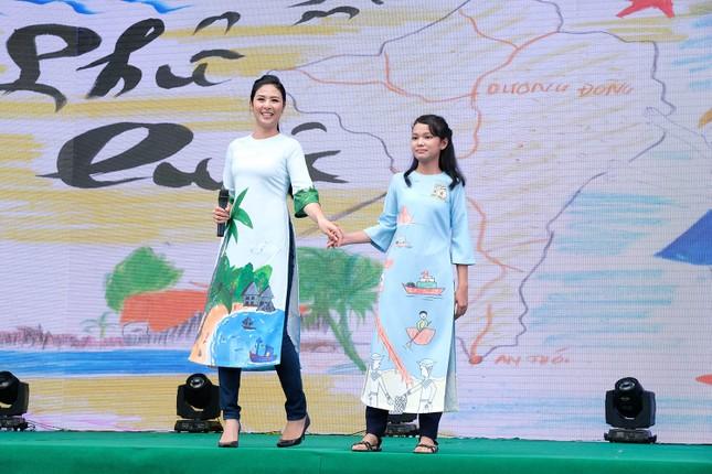 Thuỷ Tiên mặc áo dài trắng trẻ trung, hát 'Xinh tươi Việt Nam' ảnh 8