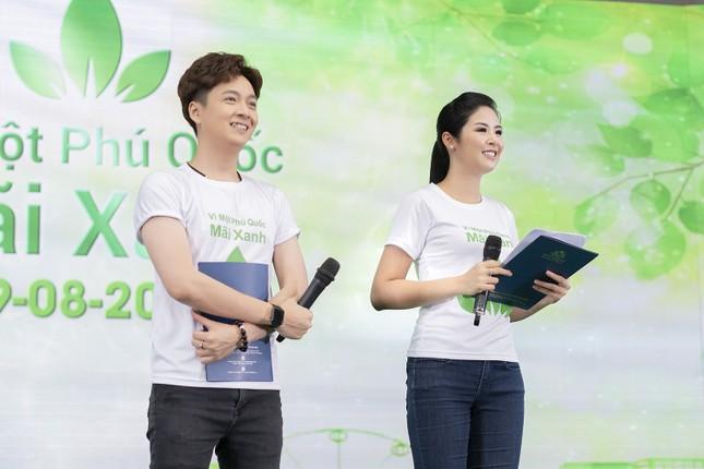 Thuỷ Tiên mặc áo dài trắng trẻ trung, hát 'Xinh tươi Việt Nam' ảnh 4