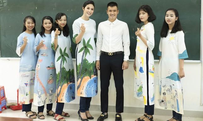 Thuỷ Tiên mặc áo dài trắng trẻ trung, hát 'Xinh tươi Việt Nam' ảnh 6