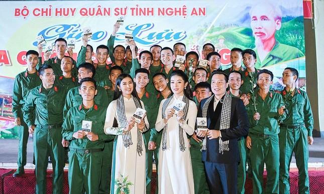 Ngọc Hân, Huyền My rạng rỡ với áo dài trắng giao lưu cùng các chiến sĩ ảnh 9