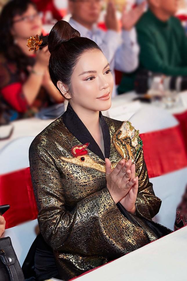 Lý Nhã Kỳ mặc áo dài dát vàng nổi bật ở phố đi bộ Nguyễn Huệ ảnh 1
