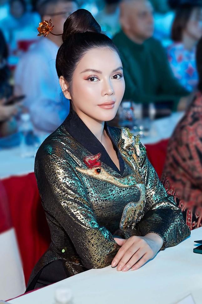 Lý Nhã Kỳ mặc áo dài dát vàng nổi bật ở phố đi bộ Nguyễn Huệ ảnh 2