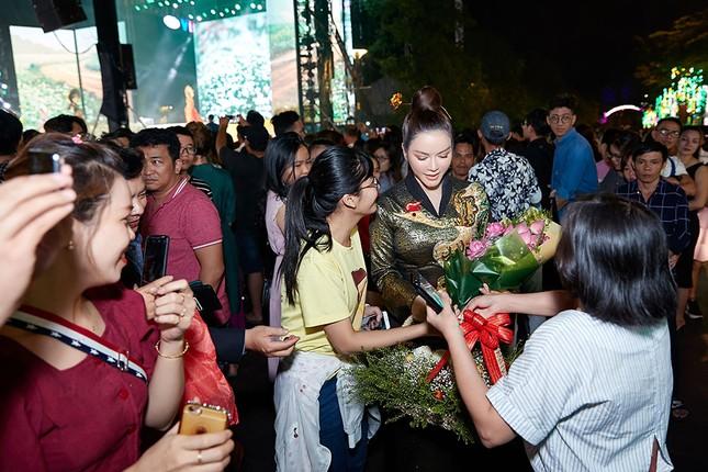 Lý Nhã Kỳ mặc áo dài dát vàng nổi bật ở phố đi bộ Nguyễn Huệ ảnh 4