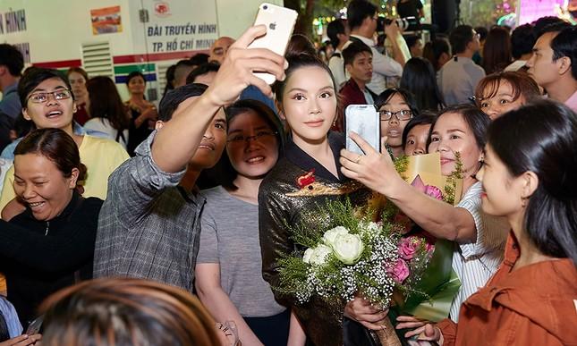 Lý Nhã Kỳ mặc áo dài dát vàng nổi bật ở phố đi bộ Nguyễn Huệ ảnh 6