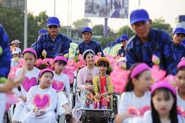 Con gái Hồng Quế dạn dĩ bên Hoa hậu Ngọc Hân trên sàn catwalk ảnh 1