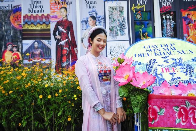 Con gái Hồng Quế dạn dĩ bên Hoa hậu Ngọc Hân trên sàn catwalk ảnh 2