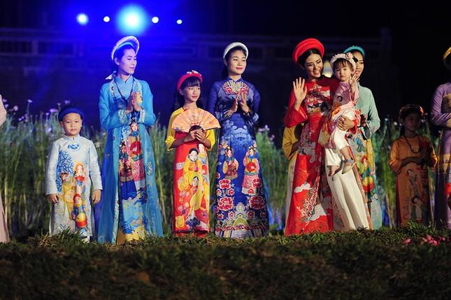 Con gái Hồng Quế dạn dĩ bên Hoa hậu Ngọc Hân trên sàn catwalk ảnh 6
