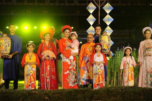 Con gái Hồng Quế dạn dĩ bên Hoa hậu Ngọc Hân trên sàn catwalk ảnh 7