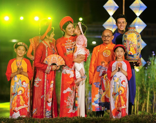 Con gái Hồng Quế dạn dĩ bên Hoa hậu Ngọc Hân trên sàn catwalk ảnh 8