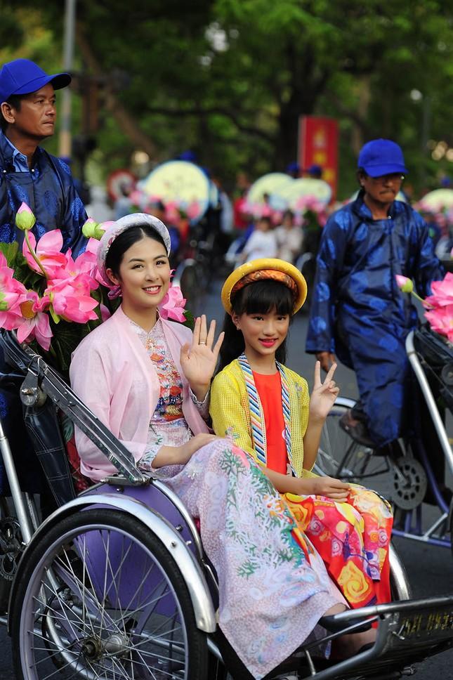 Con gái Hồng Quế dạn dĩ bên Hoa hậu Ngọc Hân trên sàn catwalk ảnh 3